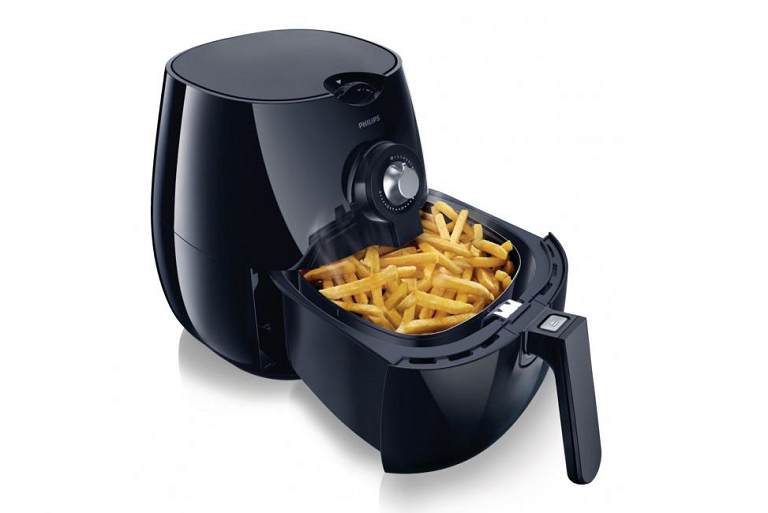 Freshly fried chips in the Philips Viva Collection Airfryer