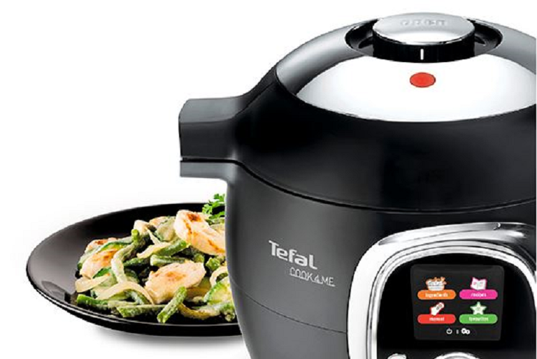 Close shot of the Tefal multicooker in front of a plate of food